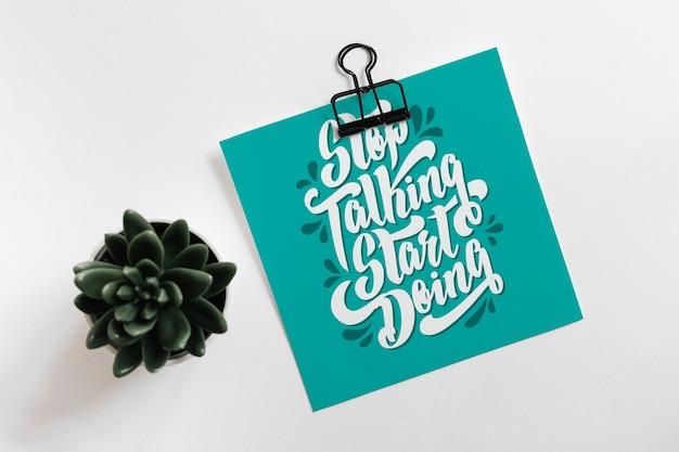 Maquete de papel com clip e folhas para citação