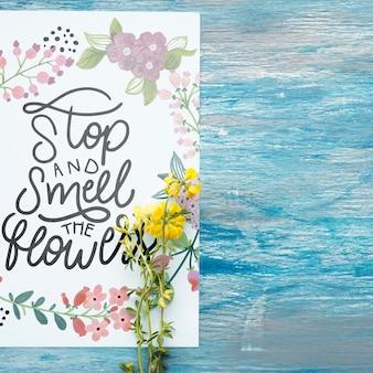 Maquete de papel com decoração floral