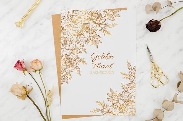 Maquete de papel com ornamentos de ouro