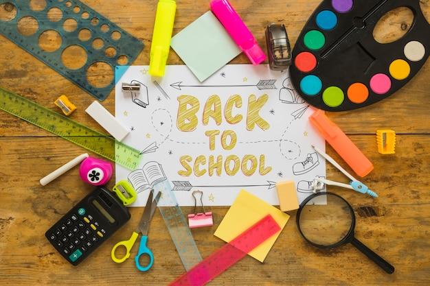 Maquete de papel com volta ao conceito de escola