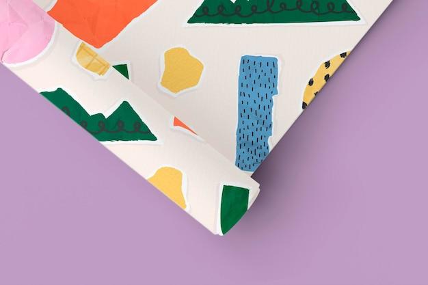 Maquete de papel gráfico em branco enrolado em um fundo azul acinzentado