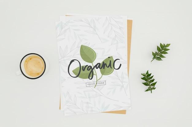 Maquete de papel minimalista de vista superior em fundo branco