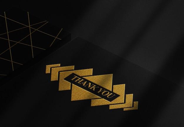 Maquete de papel preto com relevo dourado luxuoso