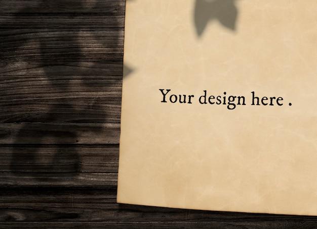 Maquete de papel vintage em fundo de madeira