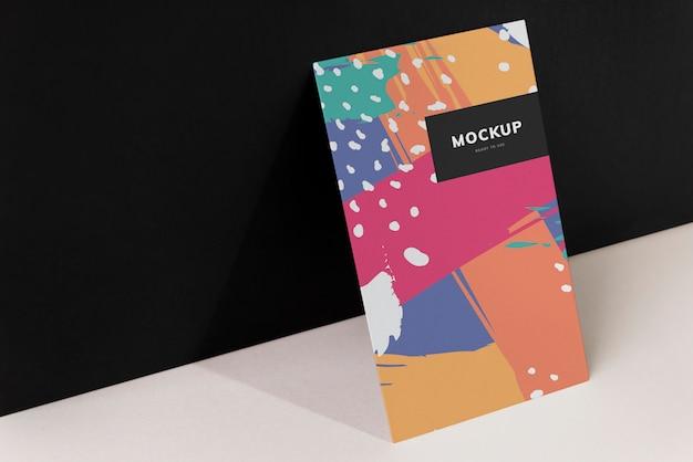 Maquete de papelão colorido contra a parede preta