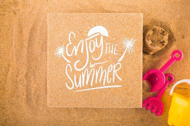 Maquete de papelão na areia