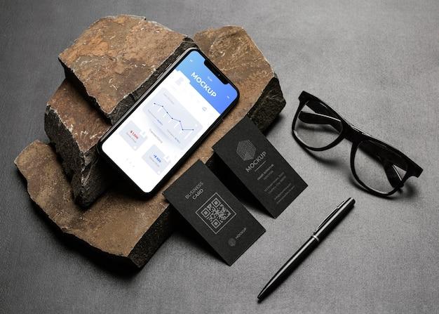 Maquete de papelaria com rocha escura e acidentada