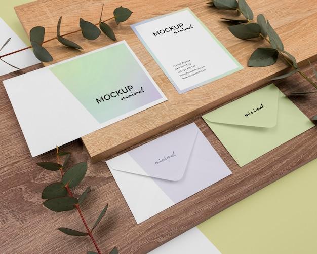 Maquete de papelaria de ângulo alto com folhas