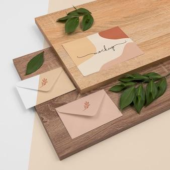 Maquete de papelaria de ângulo alto com madeira