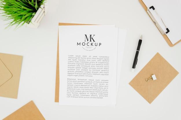 Maquete de papelaria plana e envelopes