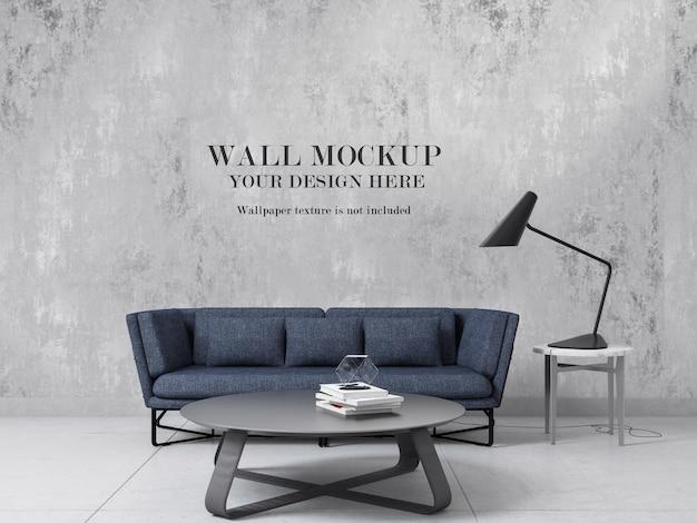 Maquete de parede em branco atrás de um sofá azul moderno