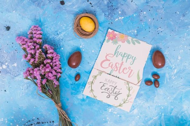 Maquete de páscoa com cartão e ovos de chocolate