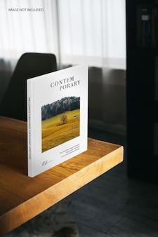 Maquete de pé de livro na mesa da sala de estar Psd Premium