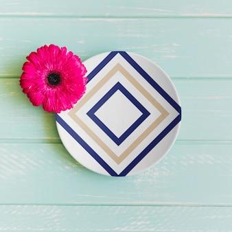 Maquete de placa com flor rosa