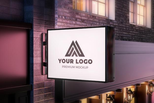 Maquete de placa de loja pendurada na parede horizontal luz noturna realista