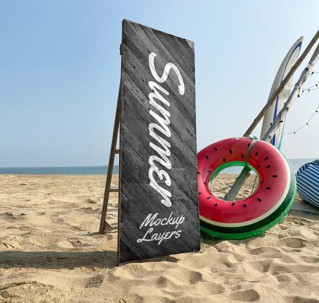 Maquete de placa de madeira na praia de verão
