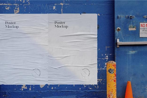 Maquete de pôster colado na parede com pintura descascada