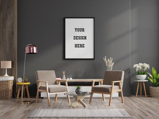 Maquete de pôster com moldura vertical na parede cinza no interior da sala de estar com cadeiras de madeira