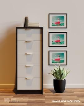 Maquete de pôster com três quadros horizontais ao lado do armário acima das plantas