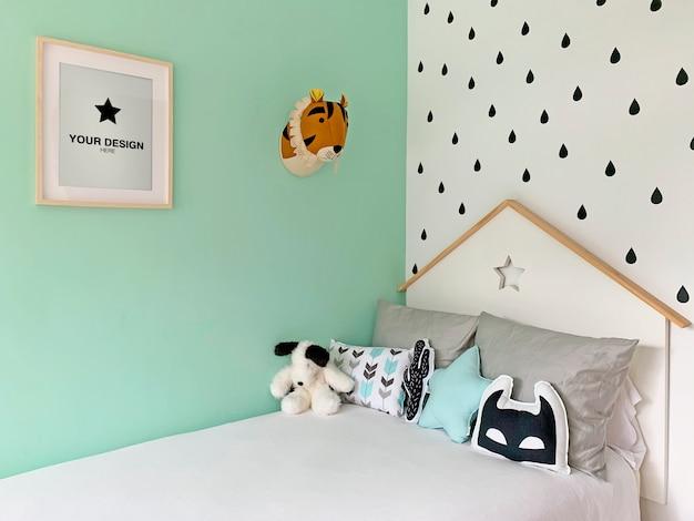 Maquete de pôster na parede do quarto infantil