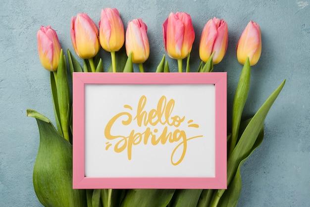 Maquete de primavera olá vista superior com flores