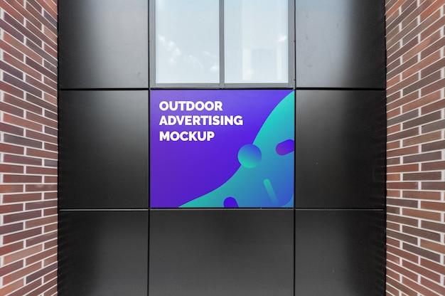 Maquete de publicidade ao ar livre na fachada preta