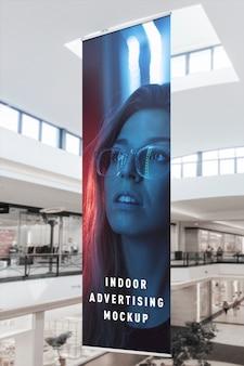 Maquete de publicidade vertical vertical bandeira pendurada no centro de ping de loja de shopping