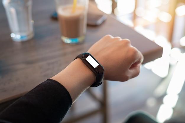 Maquete de pulseira inteligente na mão da mulher