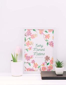 Maquete de quadro ao lado de plantas