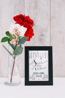 Maquete de quadro ao lado de rosas