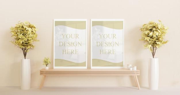 Maquete de quadro branco de casal em pé na mesa de madeira com plantas decorativas