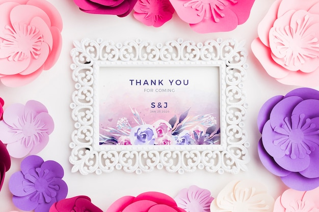 Maquete de quadro com flores de papel