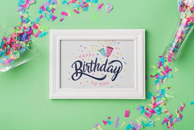 Maquete de quadro de aniversário com confete