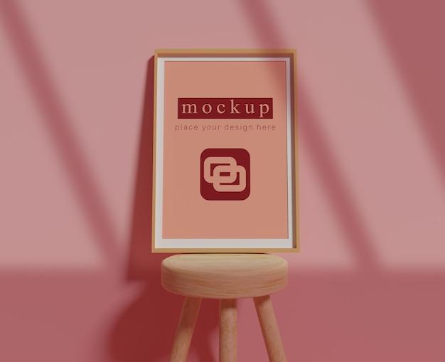Maquete de quadro em cadeira pequena