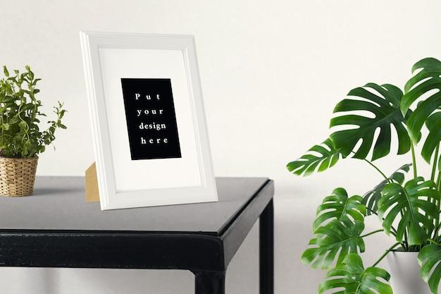 Maquete de quadro em cima da mesa