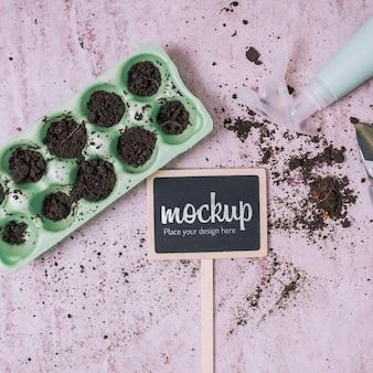 Maquete de quadro negro com vasos de jardinagem