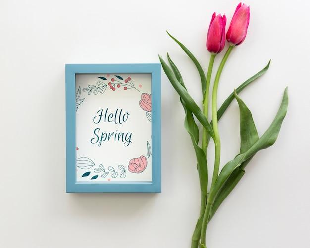 Maquete de quadro plana leigo com flores da primavera