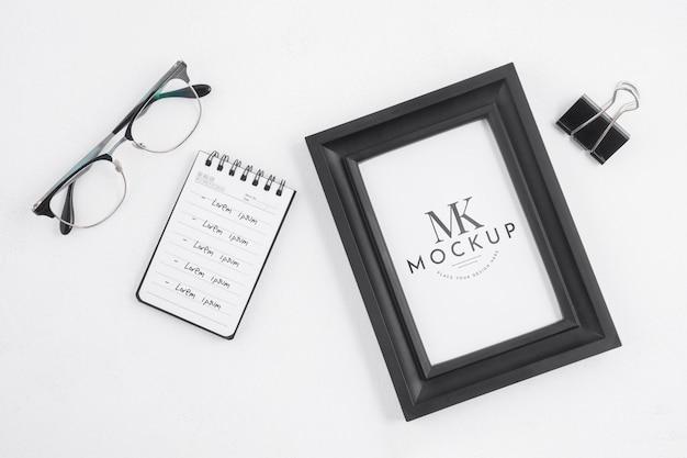 Maquete de quadro preto ao lado de elementos de papelaria