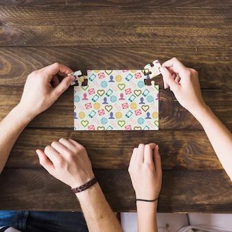 Maquete de quebra-cabeças na mesa