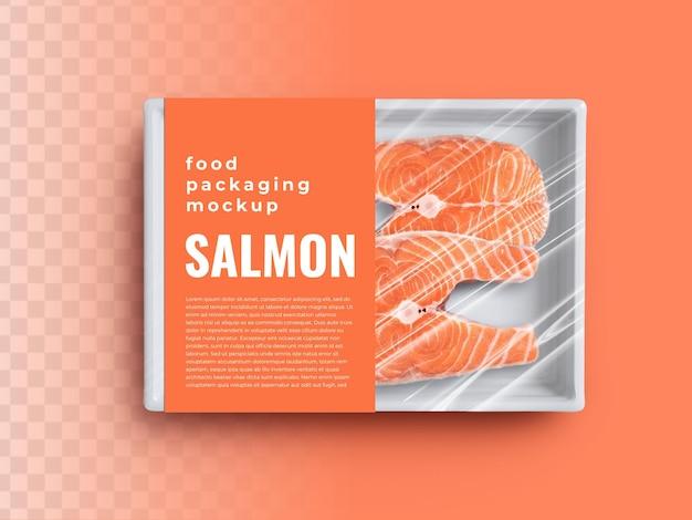 Maquete de recipiente de bandeja de caixa de comida com salmão em embalagem de plástico e etiqueta de capa de papel