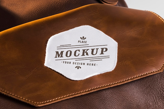 Maquete de remendo de roupa em tecido em bolsa de couro