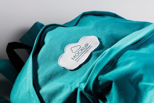 Maquete de remendo de roupa em tecido na mochila azul