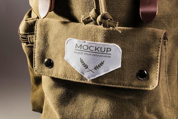 Maquete de remendo de roupa em tecido na mochila