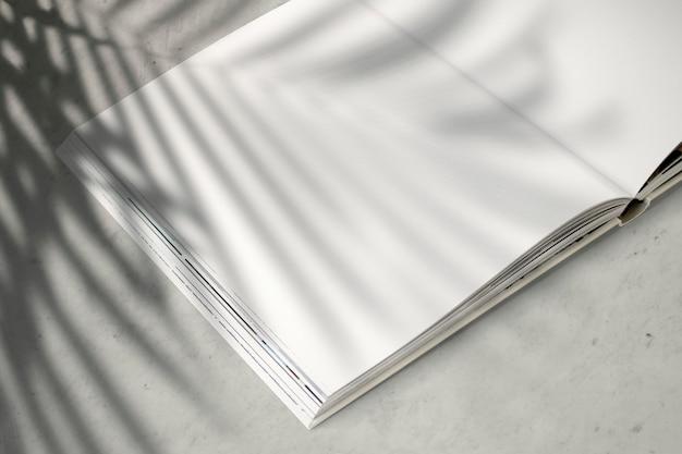 Maquete de revista com um espaço em branco