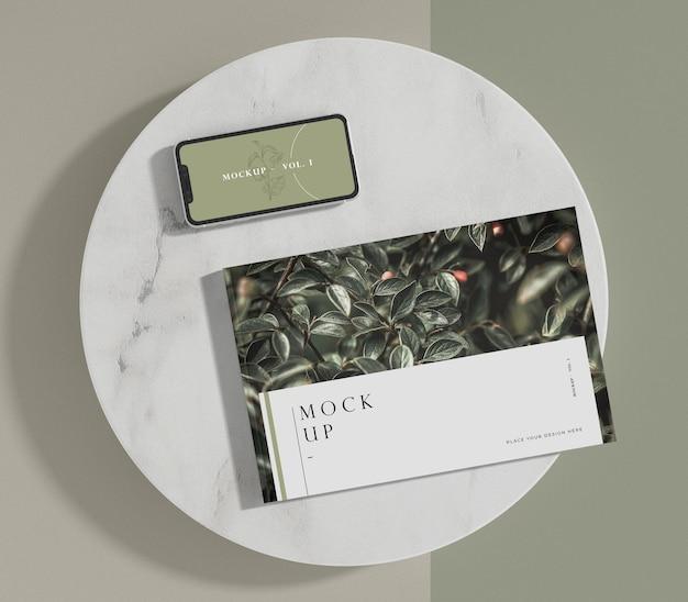 Maquete de revista editorial de livro e smartphone