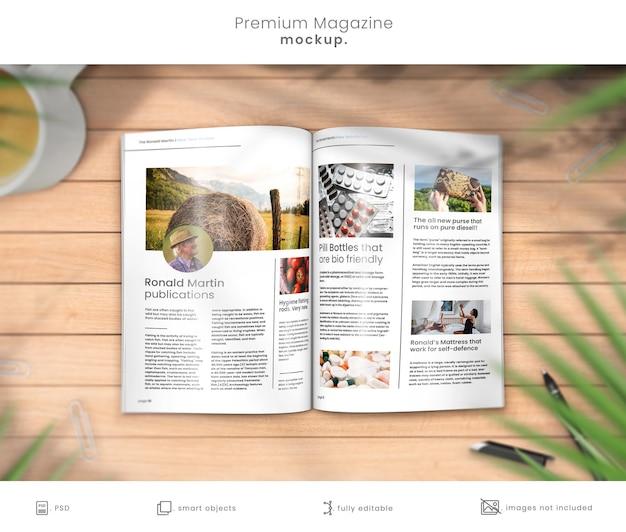 Maquete de revista premium de revista aberta na mesa de madeira