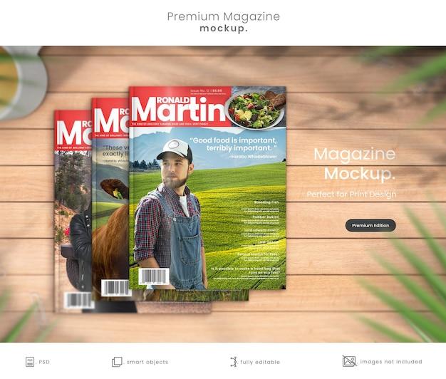 Maquete de revista premium de três designs de capa de revista em mesa de madeira