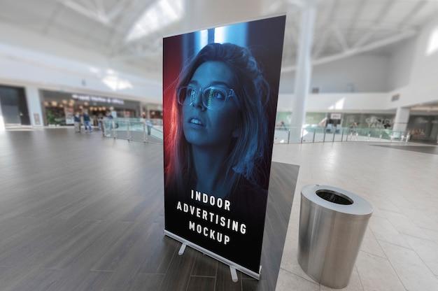 Maquete de rollup de cartaz vertical de publicidade indoor fica no centro de ping de loja de shopping