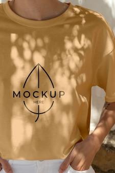 Maquete de roupas da cidade feminina moderna