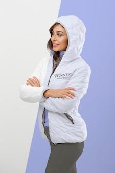Maquete de roupas de inverno com modelo Psd grátis